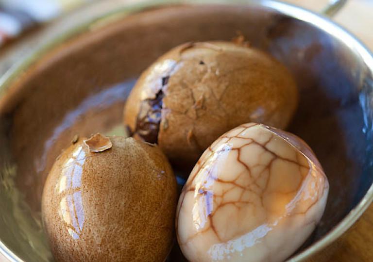 Яйца в чае пуэр по-китайски.
